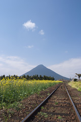 線路と開聞岳 鹿児島