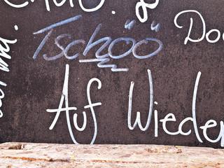 """Tafel mit Beschriftung """"Tschöö"""""""