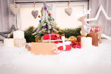 weihnachtsdekoration mit tannenbaum und kerzen