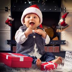 Baby an Weihnachten mit Geschenken