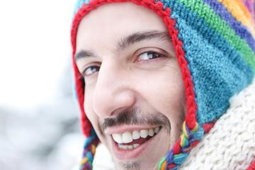 Lachender Mann im Winter mit Mütze