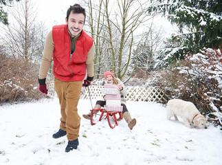 Paar beim Rodeln zu Weihnachten