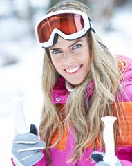 Frau im Winter mit Skistöcken