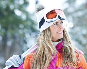 Frau im Skiurlaub im Winter