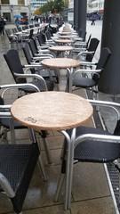 Tische im Regen