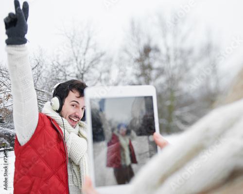canvas print picture Frau fotografiert Mann mit Tablet Computer