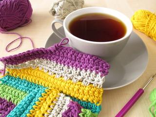 Eine Häkelarbeit und eine Tasse Kaffee