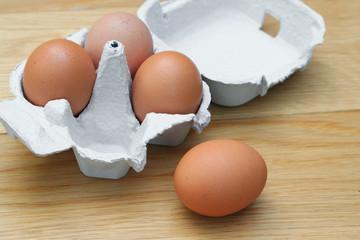 uova su portauovo di cartone