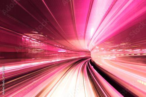 Zautomatyzowany pociąg z przewodnikiem w nocy
