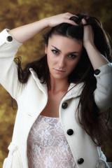 Ragazza con cappotto bianco