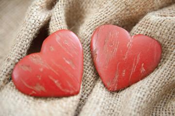deux coeurs sur une toile de lin