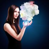 junge Frau analysiert Cloud Daten