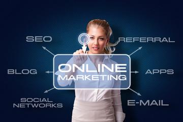 junge Frau startet Online Marketing Kampagne