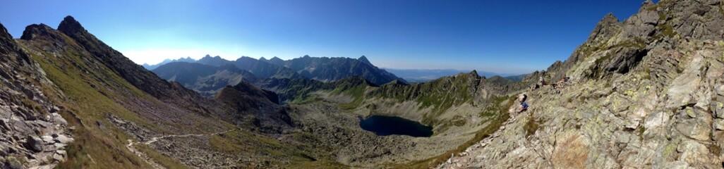 Panoramiczny widok na górskie szczyty