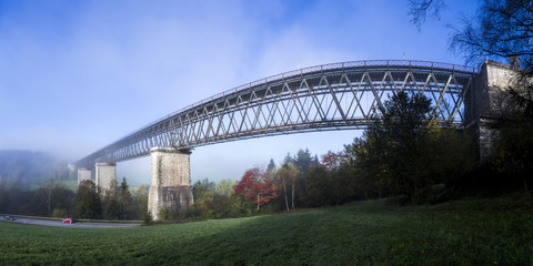 Eisenbahnbrücke bei Regen, Bayern