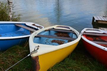 Boote im Herbst an Land