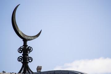 Mezzaluna sul tetto di una moschea