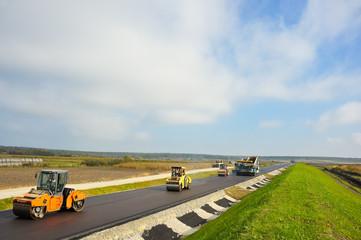Landstraße wird asphaltiert und bearbeitet