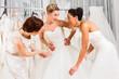 Frauen haben Spaß bei Brautanprobe im Laden