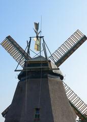 Windmühle in Nebel