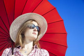 Chica rubia con sombrero, gafas de sol y sombrilla 2