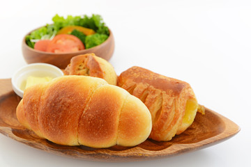 美味しそうなパンとサラダ