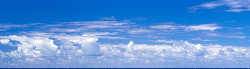 ciel bleu et nuages au dessus de l'horizon