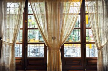 Interior acogedor, ventanal con cortinas