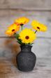 canvas print picture - Karte mit gelben Gerbera in alter Vase vor Holzhintergrund
