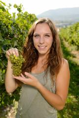 Ragazza con grappolo d'uva