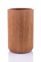 Drewniany kubek na białym tle