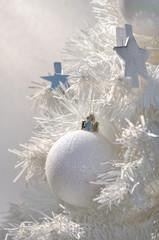 sapin blanc et décoration de noël
