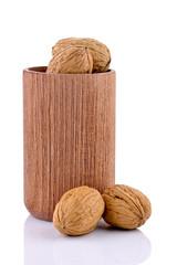 Orzechy włoskie z drewnianym kubkiem