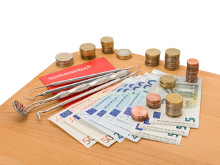 Bargeld, Sparbuch und Zahnarztbesteck