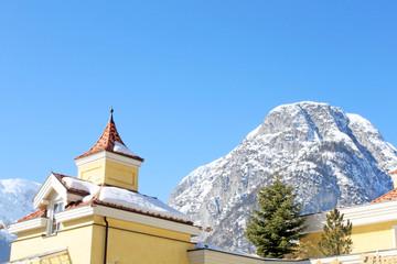 winterlandschaft mit berg und haus