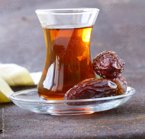 In de dag Thee Turkish tea in traditional glass with sweet dates