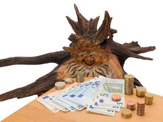Wurzelkopf betrachtet Geldscheine und Münzen