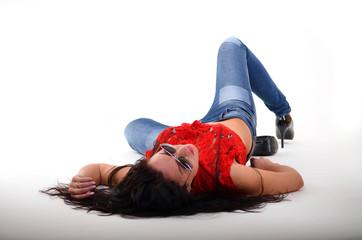 schönes Model in engen Jeans im Studio