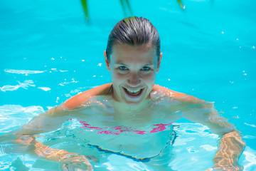 femme dans une piscine