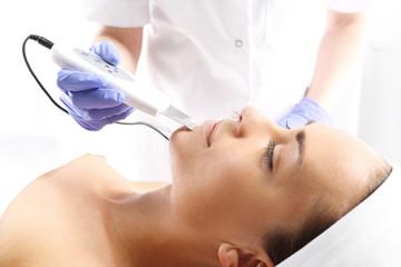 Peeling, ultradźwięki,Kobieta u kosmetyczki