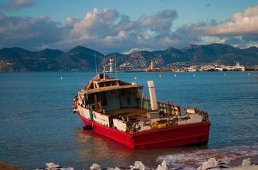 Bateau échoué sur une plage de Cannes.