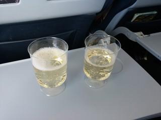 Zwei Gläser Sekt während des Fluges
