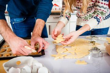 Paar backt in der Küche Kekse zu Weihnachten