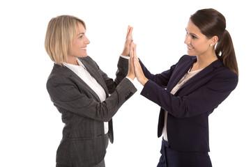 Zwei erfolgreiche Frauen klatschen sich siegreich in die Hände