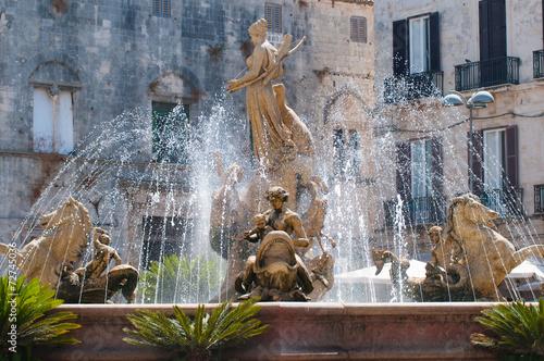 Deurstickers Fontaine A walk through Siracusa