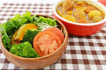 カレーライスと野菜サラダ