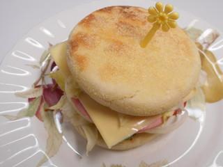 イングリッシュマフィンのサンドイッチ