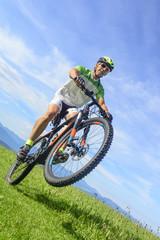 Wheelie auf dem Mountainbike