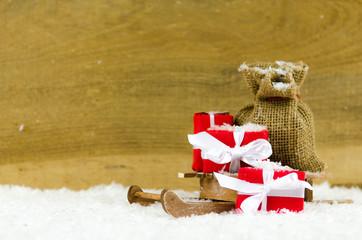 weihnachtsgeschenke auf einem schlitten