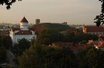 Старинный храм на фоне современного  Вильнюса